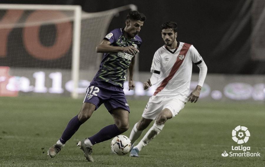 Ante el esférico P. Chavarría en su debut con la elástica malagueña. / Foto: LaLiga