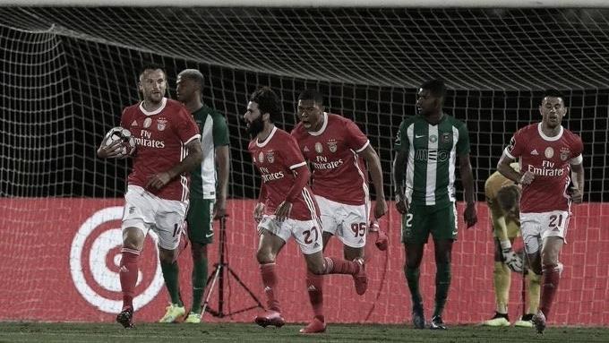 Em jogo marcado por arbitragem confusa, Benfica vence Rio Ave e divide liderança com Porto