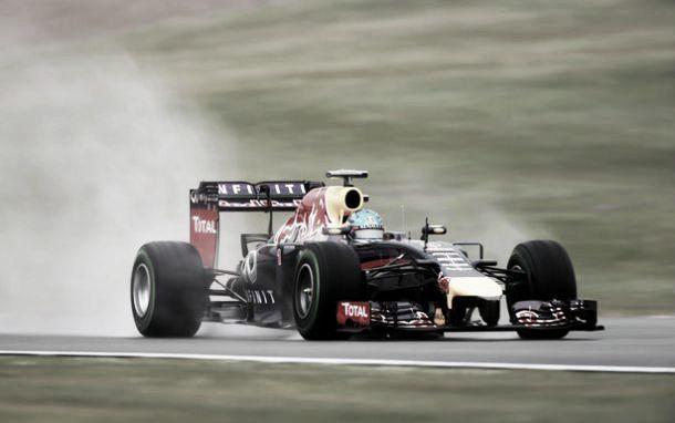 Com pista molhada, Vettel lidera último treino livre do GP da Inglaterra