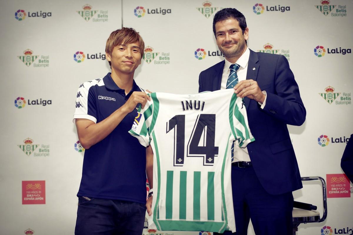 Real Betis apresenta meia japonês Takashi Inui em Tóquio