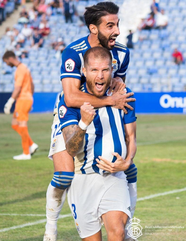Morcillo y Chuli durante la celebración de un gol / Fuente: Recreativohuelva.com