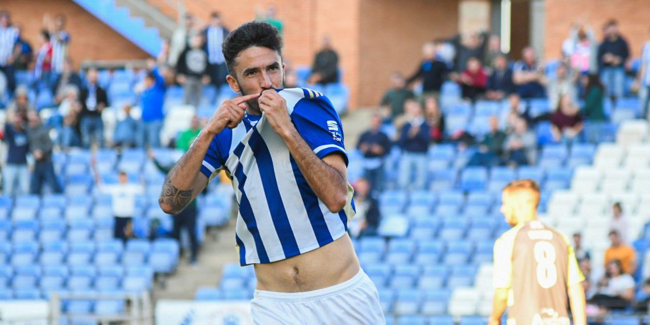 Quiles se besa el escudo tras marcar un gol / Fuente: Recreativohuelva.com