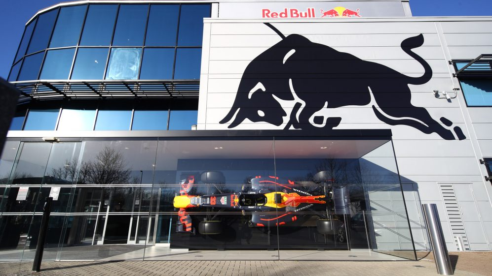 Red Bull golpea a Mercedes