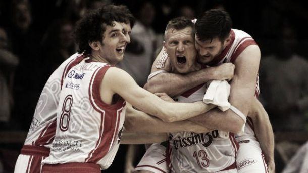 Eurocup - Brindisi si spegne nel finale, Reggio Emilia passa con Kaukenas e Lavrinovic (82-79)