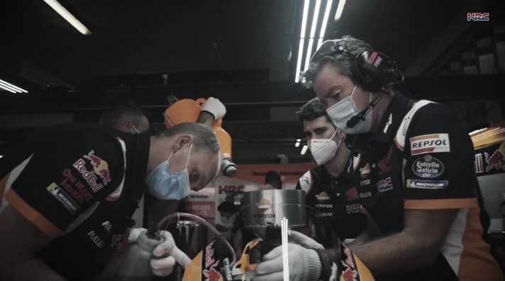 Equipo Repsol Honda Team en acción dentro del Box. Foto: hondaracingcorporation.com