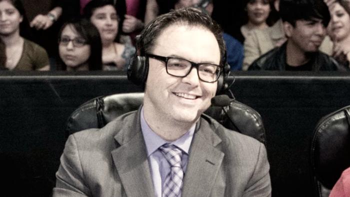 Mauro Ranallo con pie y medio fuera de la WWE