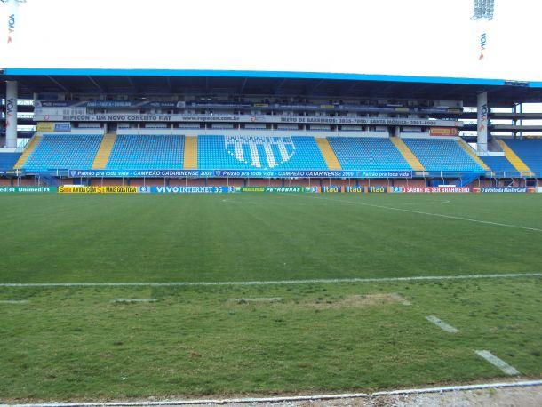 Após derrota para o Joinville, torcedores do Avaí tentam agredir diretores e funcionários do clube