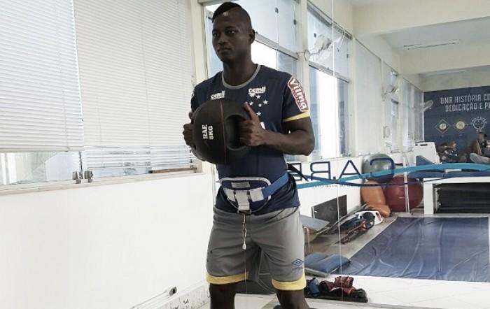 Riascos passa por avaliações físicas na Toca II e será reintegrado ao elenco do Cruzeiro