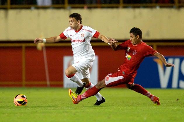 No apagar das luzes, Internacional faz 2 a 0 no Rio Branco e elimina jogo de volta