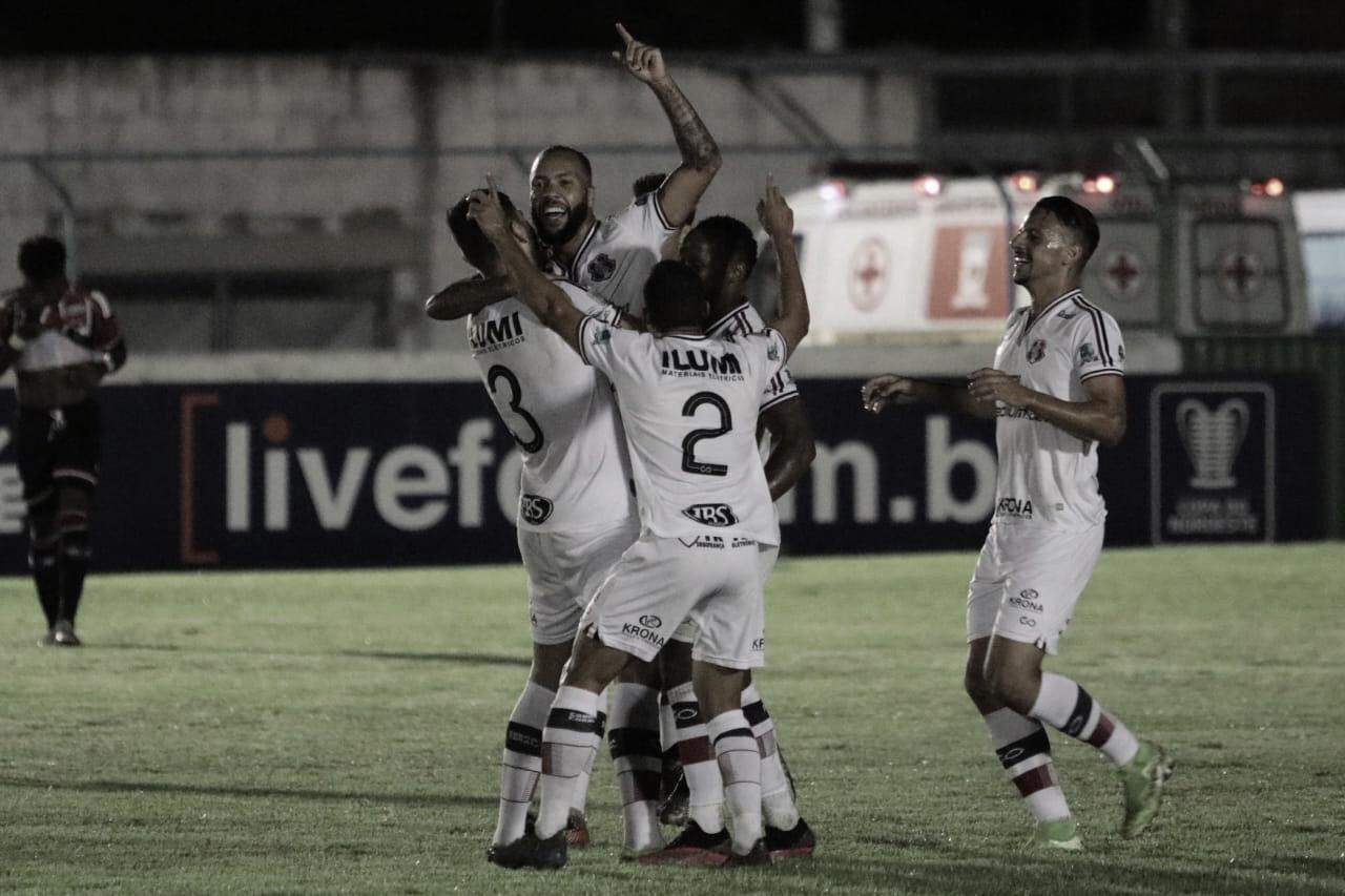 Paulinho comemorando com companheiros após marcar belo gol contra o River-PI(Foto: Rafael Melo/ Santa Cruz)