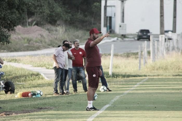 Técnico Roberto Fernandes faz testes na equipe titular do Náutico