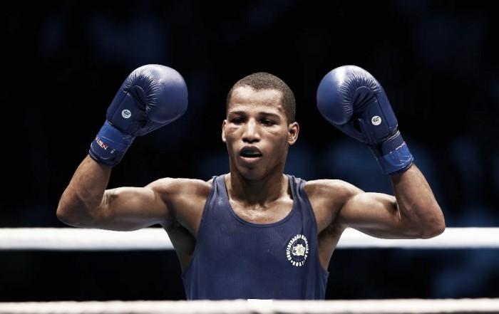 Robson Conceição vence por nocaute técnico e avança às quartas de final do boxe