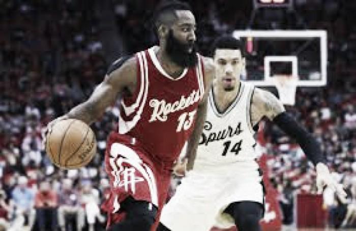 Harden brilla y Rockets vencen a Spurs