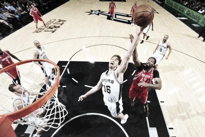Un bestial Leonard conduce a Spurs al triunfo