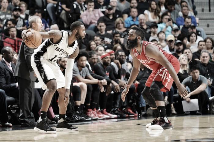 Rockets segura Spurs fora de casa no fim e vence mais uma na NBA