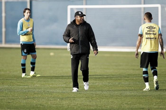 """Roger elogia maturidade gremista na goleada diante do Corinthians: """"Tivemos consistência"""""""