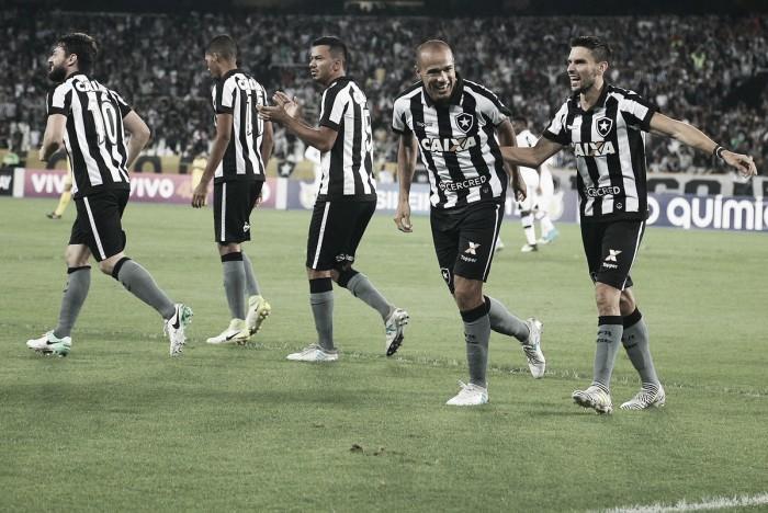Com dois gols de Roger, Botafogo vence Vasco e sobe na tabela