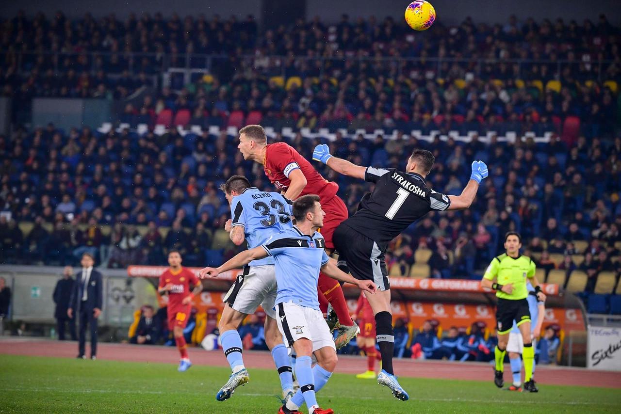 Serie A - I pasticci di Strakosha e Pau Lopez segnano il derby: è 1-1 tra Roma e Lazio