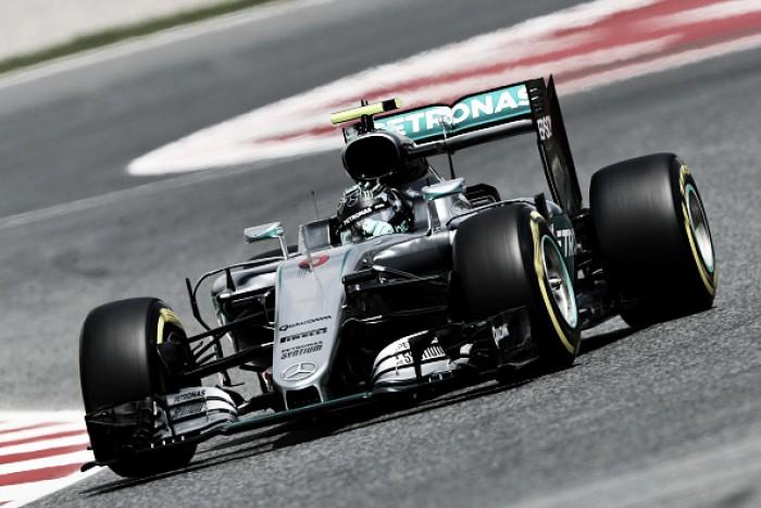 Ferrari e Mercedes alternam na liderança nos treinos livres para o GP da Espanha