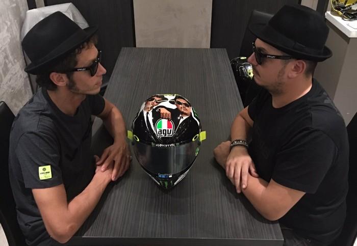 Rossi a Misano con un casco in stile Blues Brothers