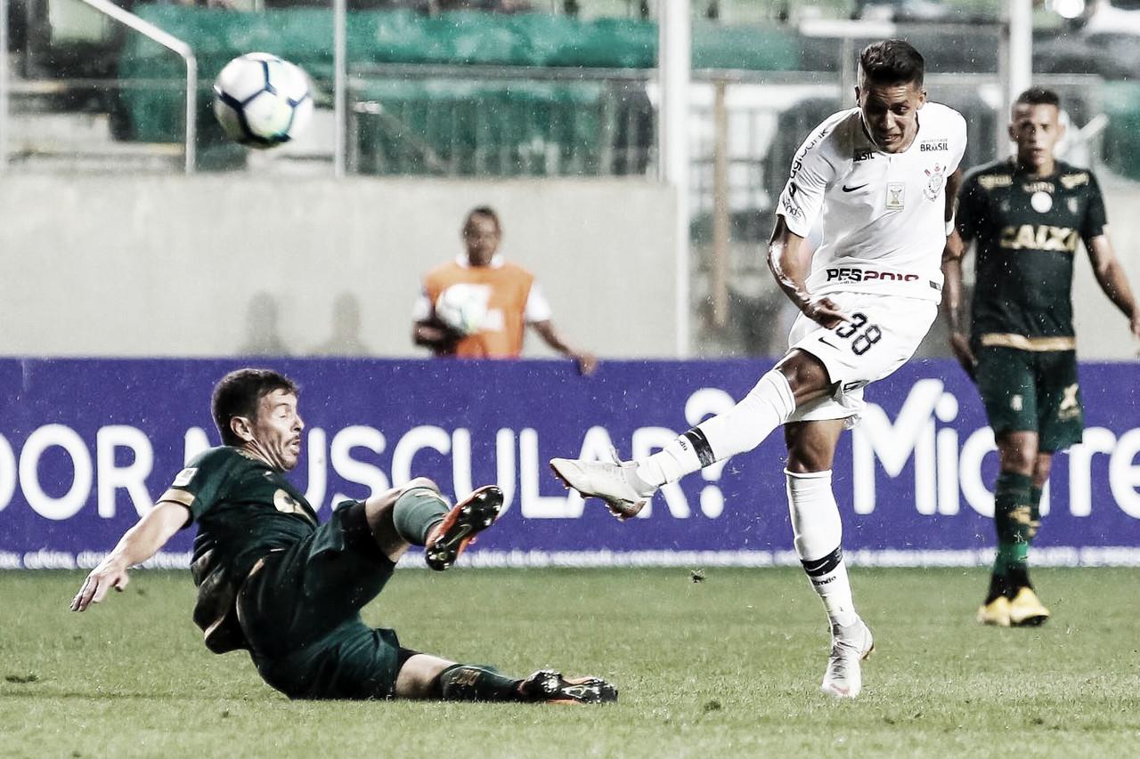 Em jogo marcado por polêmicas de arbitragem, Corinthians empata com o América-MG