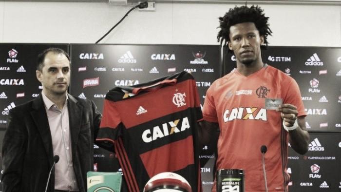 Flamengo apresenta Rafael Vaz e aproxima de acerto com Réver