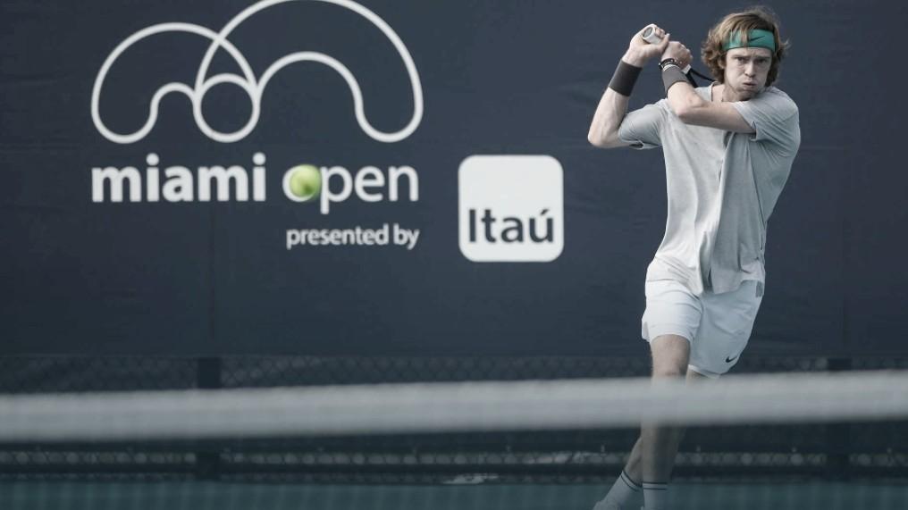 Em partida interrompida pela chuva, Rublev supera Sandgren com tranquilidade em Miami