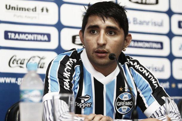 Com tradutor improvisado, Alán Ruiz é apresentado no Grêmio