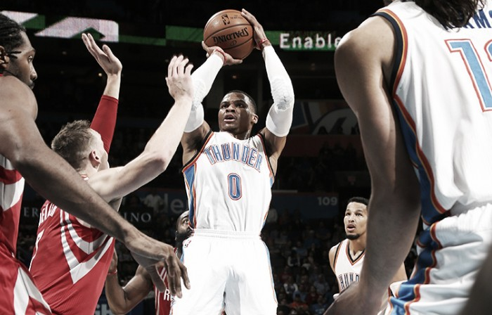NBA, Oklahoma City in volata sui Rockets. Denver riparte contro i Suns