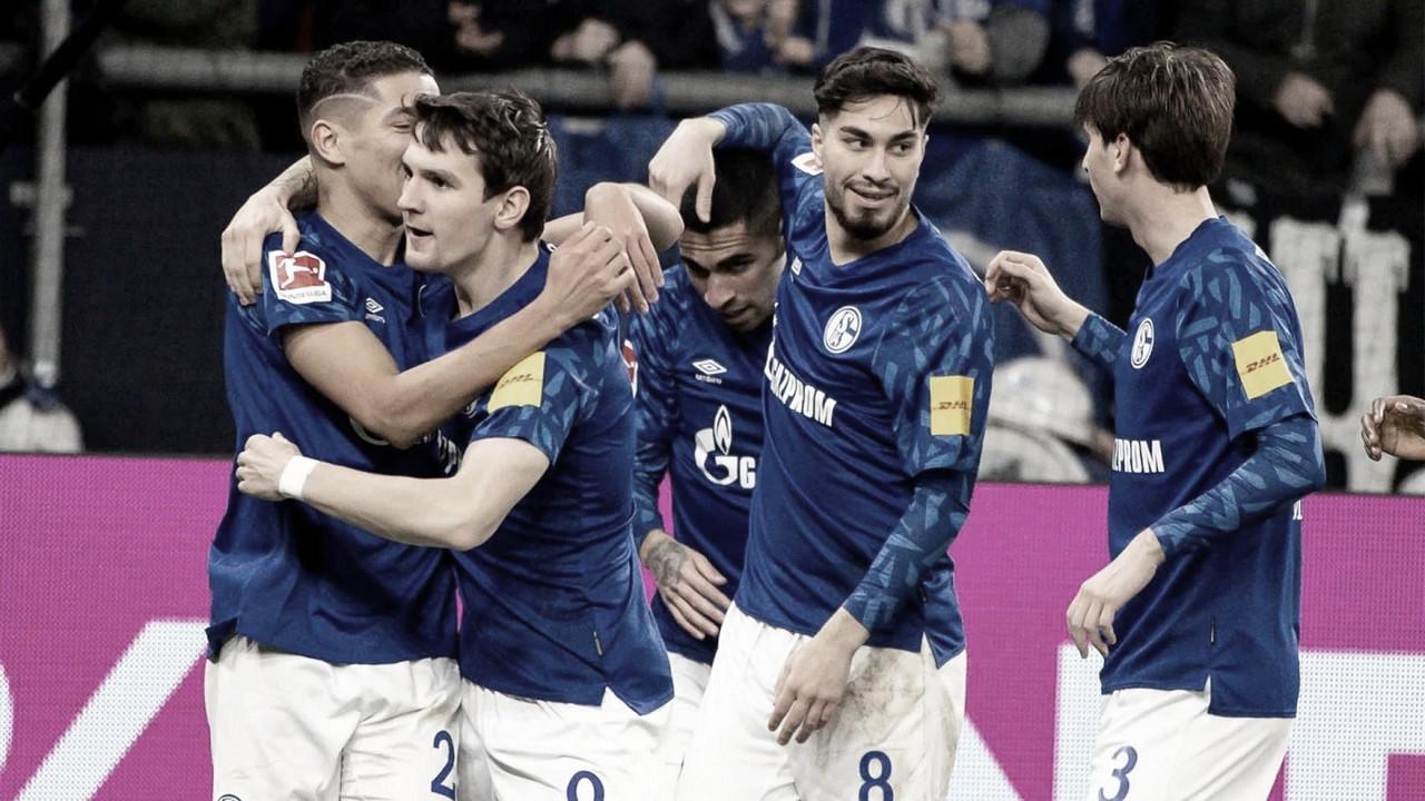Schalke 04 vence Eintracht Frankfurt mesmo com um a menos e segue no G-4