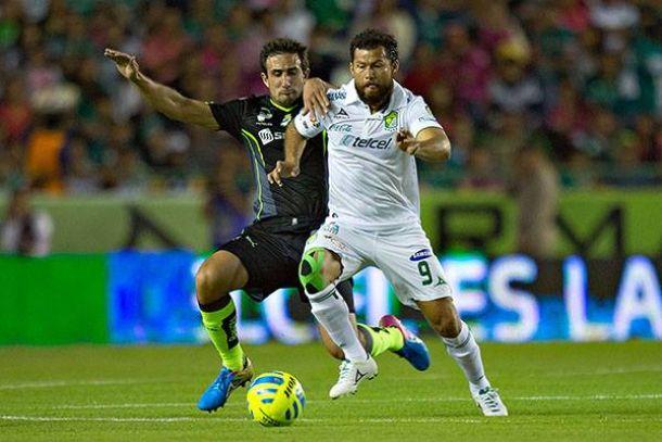 Con el corazón en la mano, León venció a Santos