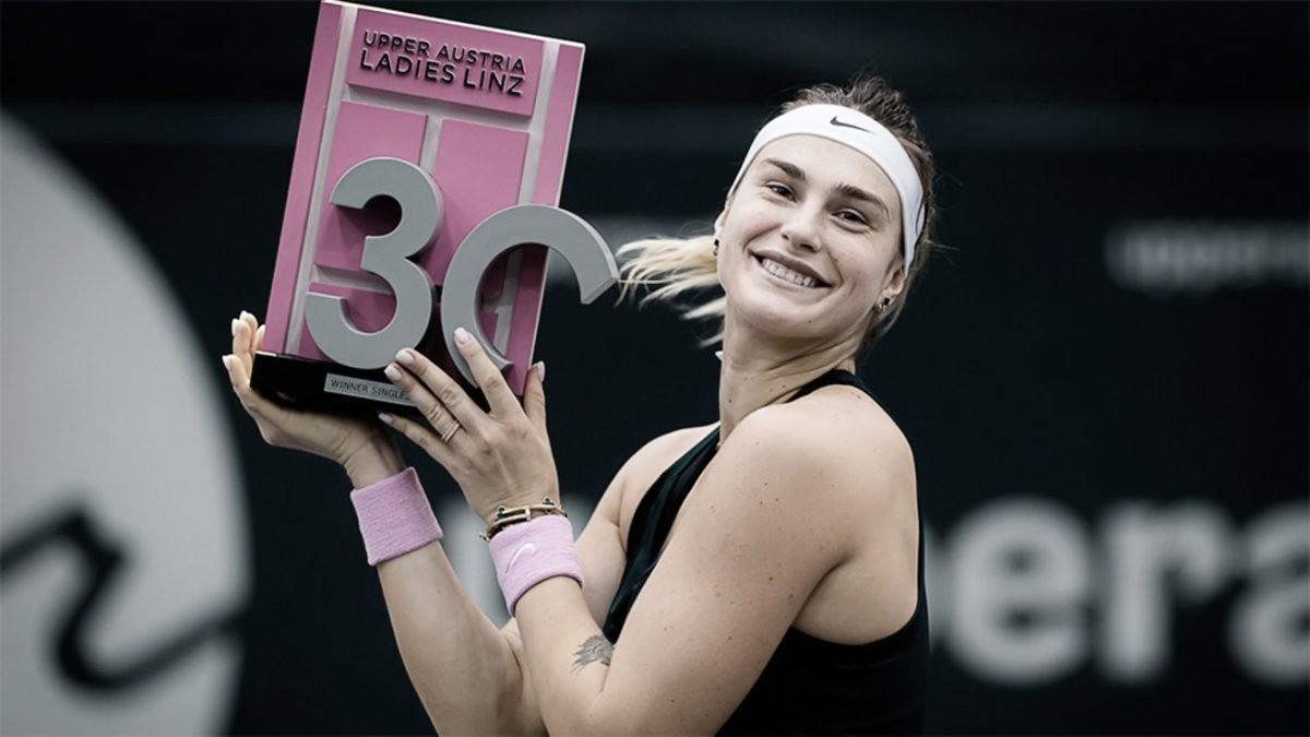 Aryna Sabalenka levantando el trofeo de vencedora en Linz. (Fuente: GettySport)