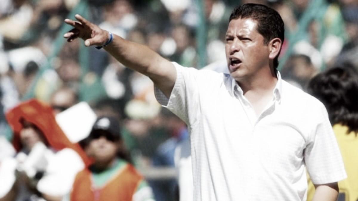 José Luis Salgado, con playera universitaria y azulcrema