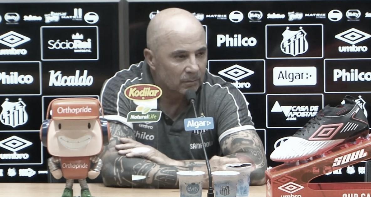 """Após vitória de virada, Sampaoli critica postura da torcida: """"Falta de respeito"""""""