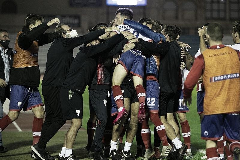 Cuerpo técnico y jugadores del Algeciras CF celebran el gol en San Fernando | Fuente: Twitter Algeciras CF
