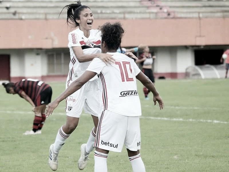 Jaqueline marca duas vezes, São Paulo bate Flamengo e conquista primeira vitória no Brasileirão