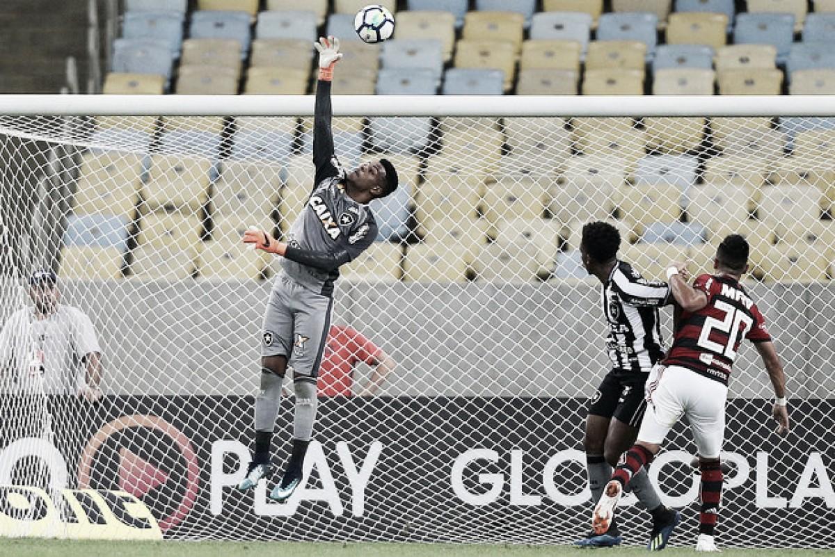 Aprendiz de Gatito e Jefferson, Saulo garante estar pronto para assumir o gol do Botafogo