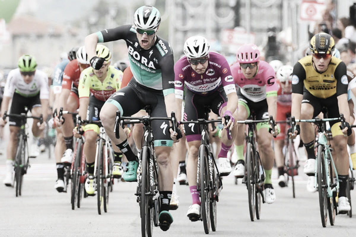 Giro d'Italia, Sam Bennett vince lo sprint di Praia a Mare