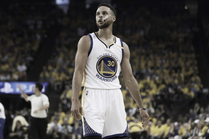 NBA, Curry rinnova con i Warriors per 201 milioni. Livingston a un passo, Iguodala si guarda intorno