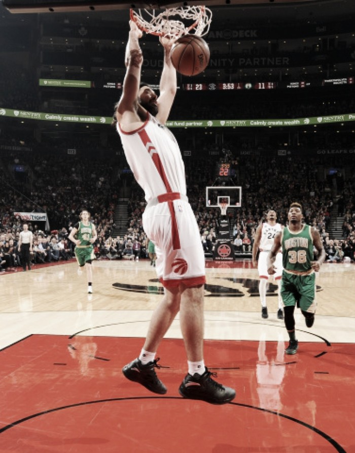 Toronto derrotó a Boston con un imparable inicio de Scola