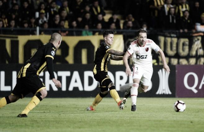 Flamengo abusa de perder gols, empata no sufoco com Peñarol e se classifica na Libertadores