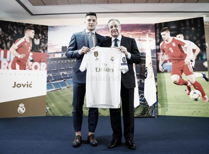 """Jovic é apresentado no Real Madrid e declara: """"Sou o garoto mais feliz do mundo"""""""
