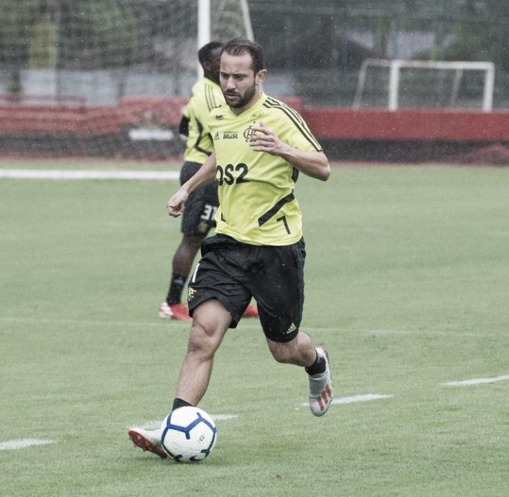 Recuperado de lesão, Éverton Ribeiro volta a treinar e pode enfrentar o Athletico-PR