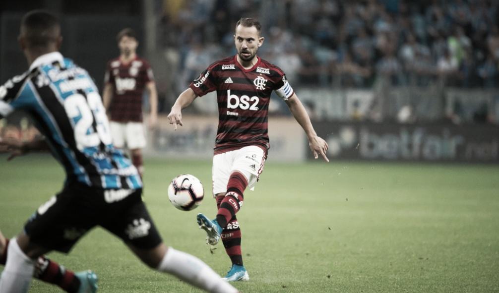 """Everton Ribeiro explica sequência em lance de Filipe Luís: """"Não vi que tinha caído"""""""