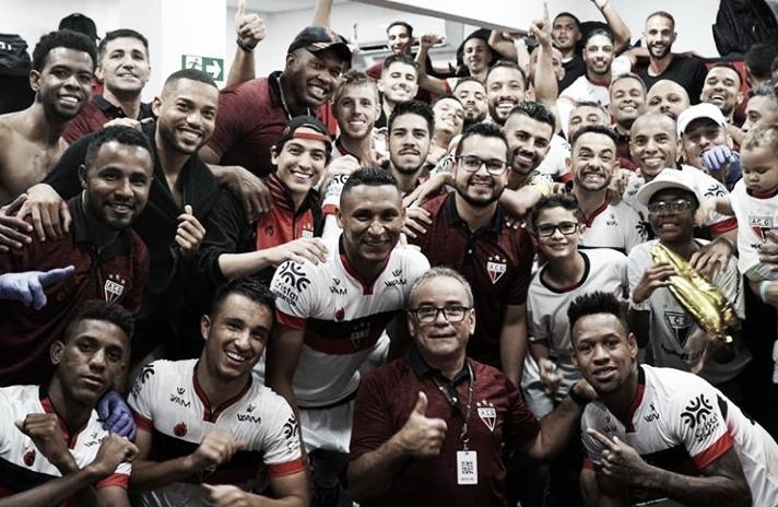 Atlético-GO perde pênalti, mas vence jogo importante diante do Paraná