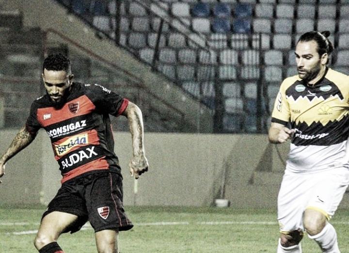 Criciúma vence Oeste de virada com dois gols de Léo Gamalho
