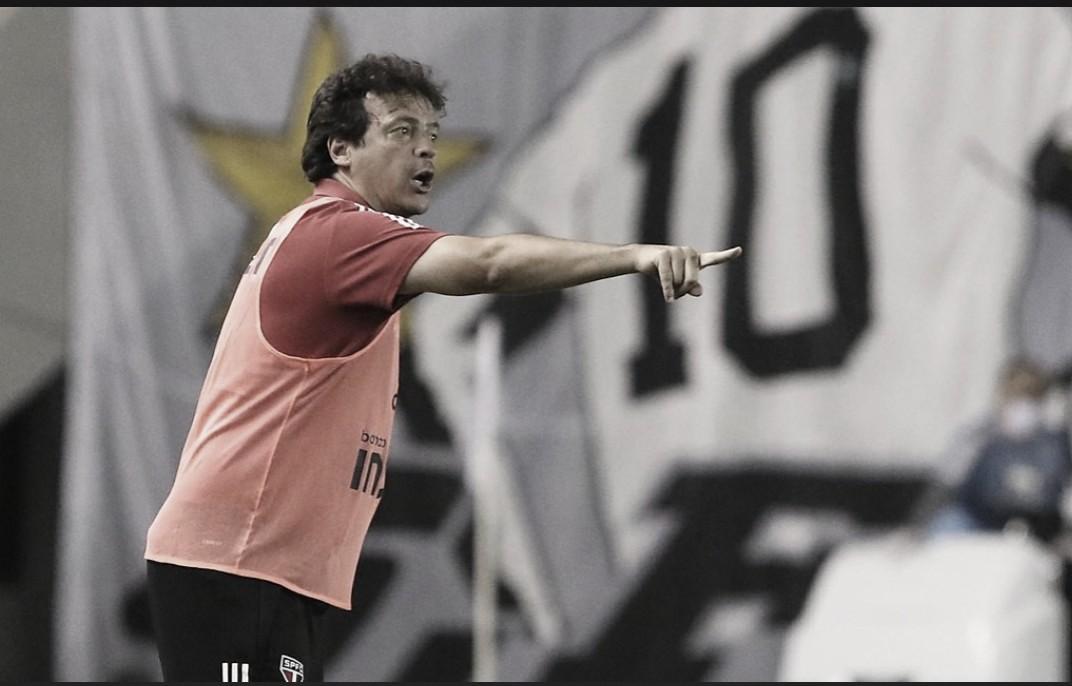 Após marcar dois gols, Fernando Diniz defende meia Gabriel Sara de críticas