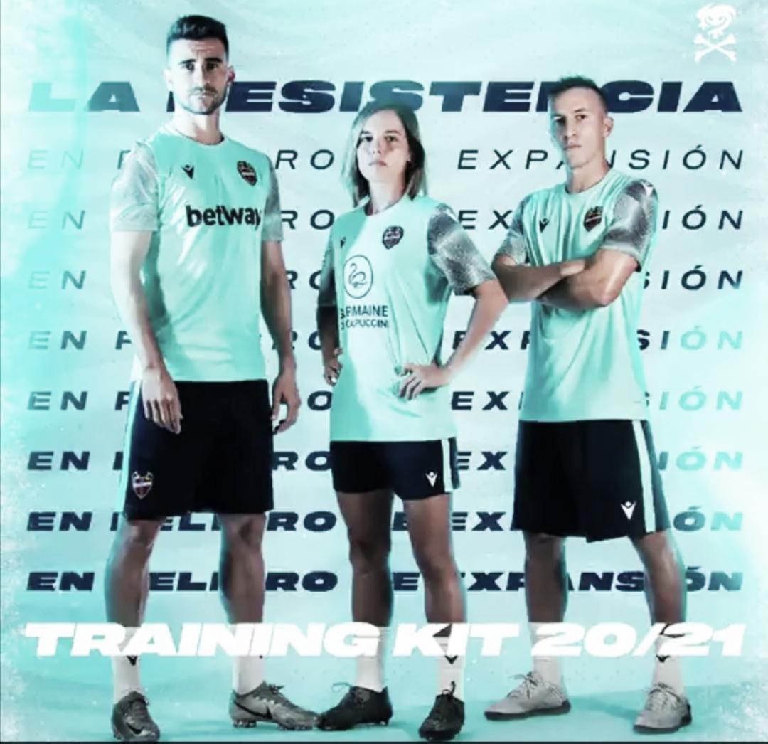 Sergio Postigo, Claudia Zornoza y Maxi Rescia posan con la nueva camiseta de entrenamiento / Fuente: levanteud.com