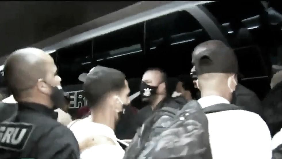 VÍDEO: Corinthians desembarca em São Paulo com jogadores precisando correr da torcida