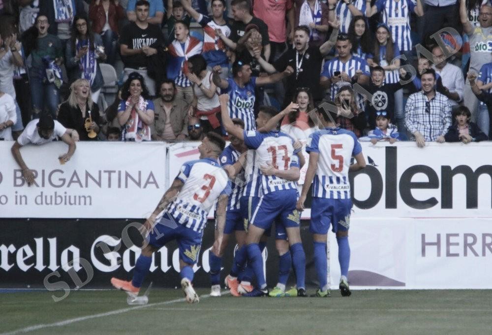 Los jugadores de la Deportiva celebraban con la afición el golazo de Isi Palazon. FOTO | Twitter @SDP_1922
